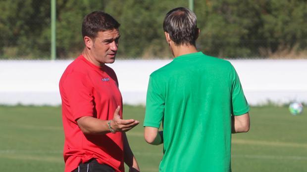 El entrenador del Córdoba CF, Luis Carrión, conversa con Javi Lara