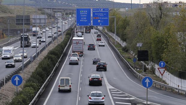 Tráfico de vehículos en la A-4 a su paso por Córdoba.