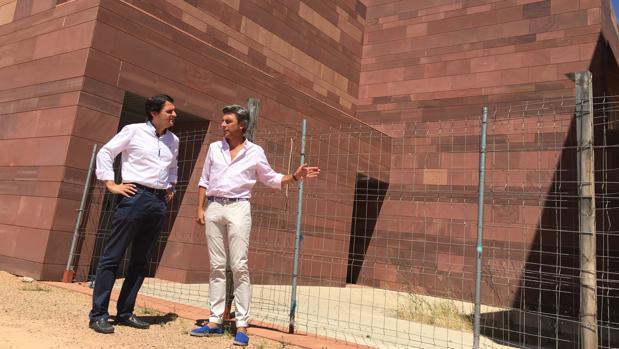José María Bellido y Andrés Lorite, durante su visita al centro cívico de Cerro Muriano