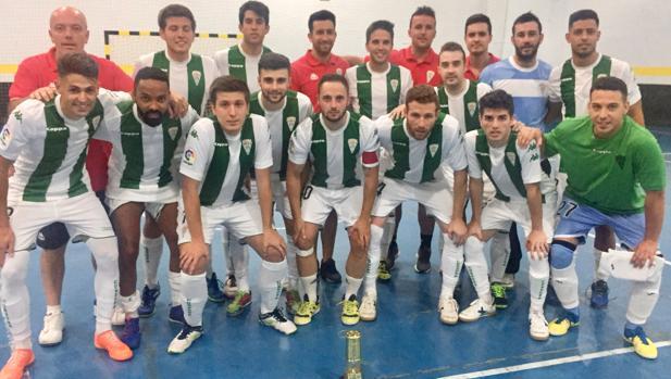 Los jugadores del Itea, con el trofeo de Peñarroya