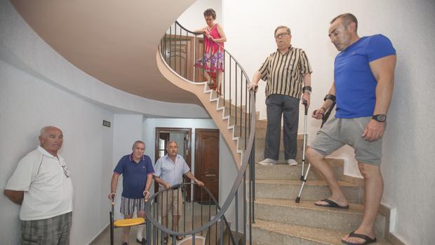Vecinos de un bloque sin ascensor en la avenida Virgen del Mar