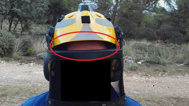 En la imagen se aprecia el hueco entre el casco y el protector facial