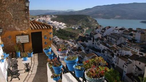 Vista general de la localidad cordobesa de Iznájar