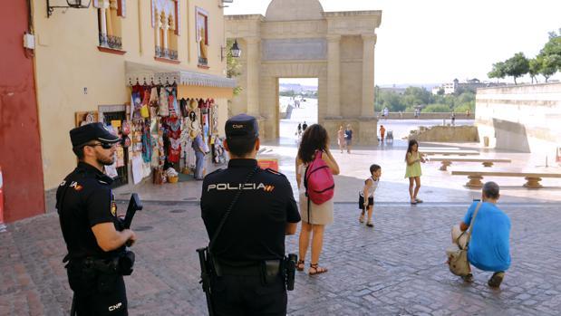 Agentes de la Policía Nacional en el entorno de la Mezquita-Catedral