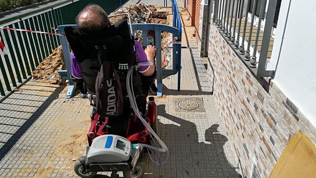 El vecino de Punta Umbría junto a las obras que le impiden pasar a su casa