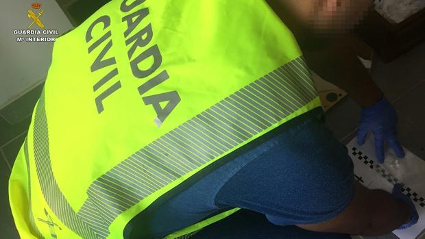 Un guardia civil en el registro del domicilio donde se desempeñaba la actividad criminal