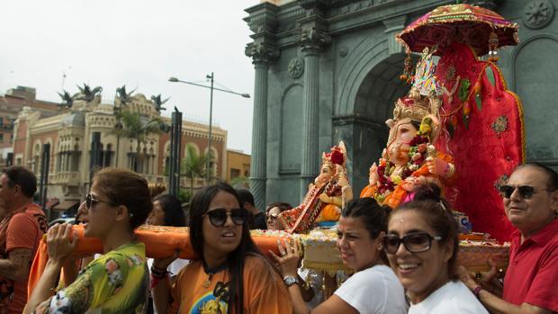 Fieles llevan al dios Ganesh por las calles de Ceuta
