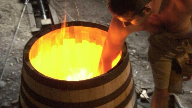 Imagen del proceso de fabriación de una bota en la etapa de doblaje, en la que se utiliza el fuego