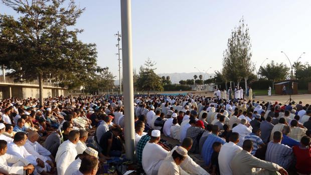 Musulmanes durante el rezo de la Fiesta del Sacrificio en Almería