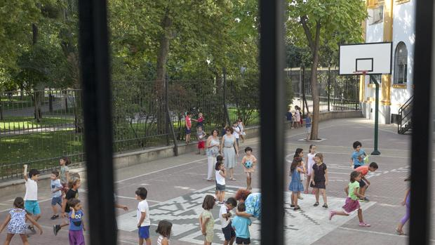 Niños en el patio del colegio Colón, en el centro de la ciudad