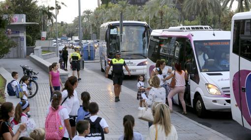 Parada de buses escolares en el Paseo de la Victoria