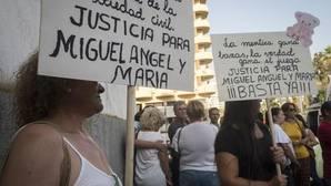 Familiares y amigos de las víctimas ante la Audiencia de Huelva