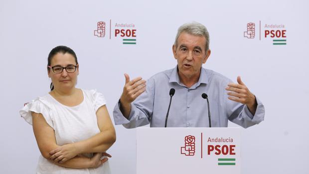 José Mellado junto a Teba Roldán, hoy, en la sede del PSOE de Córdoba