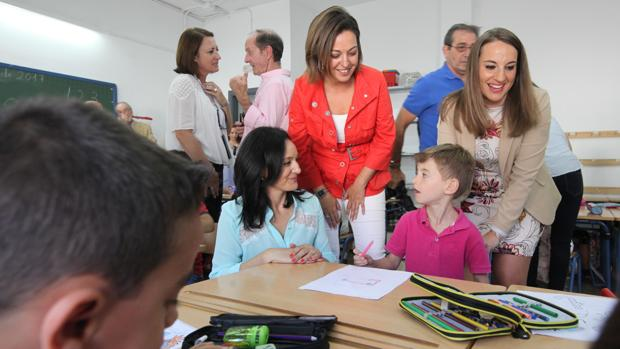 La alcaldesa, esta mañana, en una visita a un centro educativo