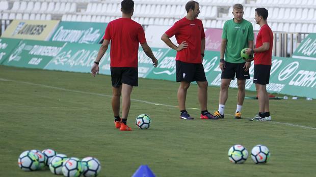 El portero del Córdoba CF Pawel Kieszek habla miembros del cuerpo técnico en el estadio