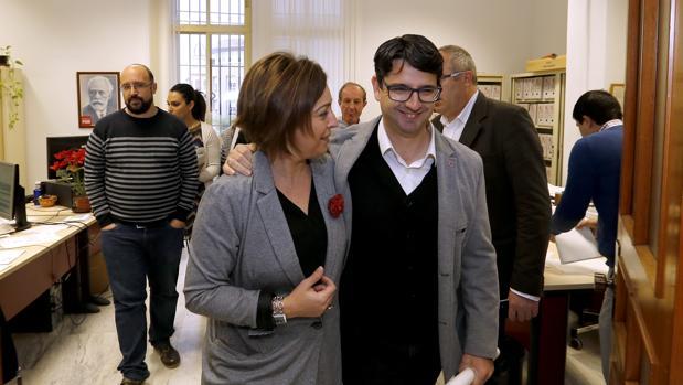 Pedro García con Isabel Ambrosio en el Ayuntamiento