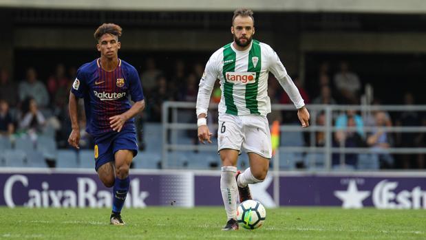 Edu Ramos, en el partido de Liga del Córdoba CF ante el Barcelona B en el Mini Estadi junto a Vitinho