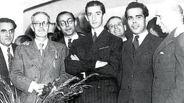 Pedro primero por la izquierda, posa con Antonio Jaén Morente, Manolete, Juan Rejano y Francisco Azorín en 1945