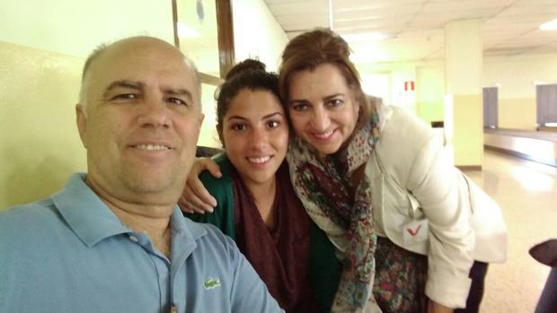 La joven Sara Cerezo, con sus padres este jueves
