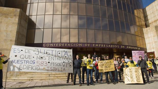 Protesta por la promoción Isbylia, en Sevilla Este, que ocasionó un déficit patrimonial de 26 millones de euros