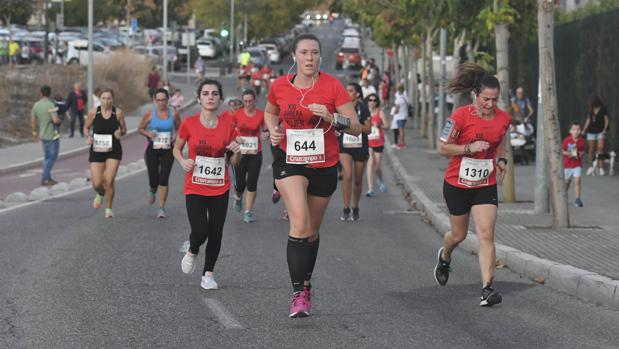 Participantes en la XIII Carrera de la Mujer de Córdoba, que se ha disputado hoy