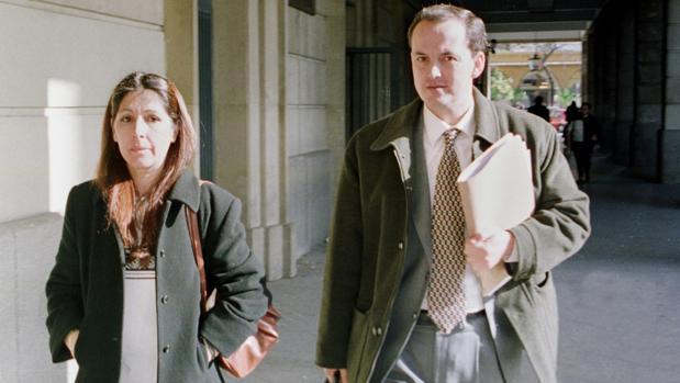Carmen Fernández junto a su abogado Gabriel Velamazán en los juzgados de sevilla en diciembre de 2000
