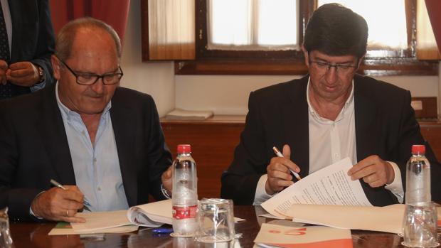 Firma del acuerdo entre Juan Cornejo (PSOE) y Juan Marín (Ciudadanos)