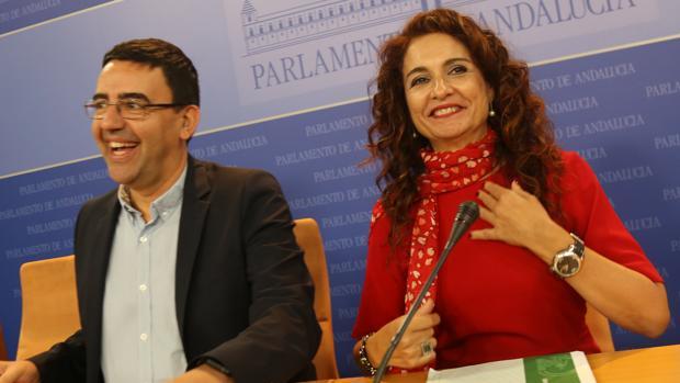 La consejera de Hacienda, María Jesús Montero, junto al portavoz socialista en el Parlamento, Mario Jiménez