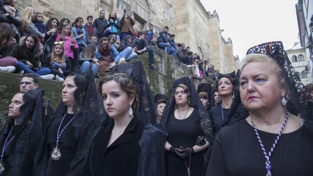 Mujeres de mantilla tras el Santísimo Cristo de la Agonía