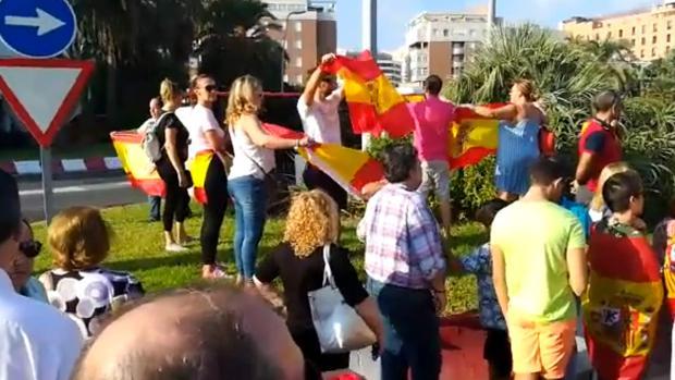 Captura de un vídeo de la despedida de los agentes, ayer, en la capital almeriense.