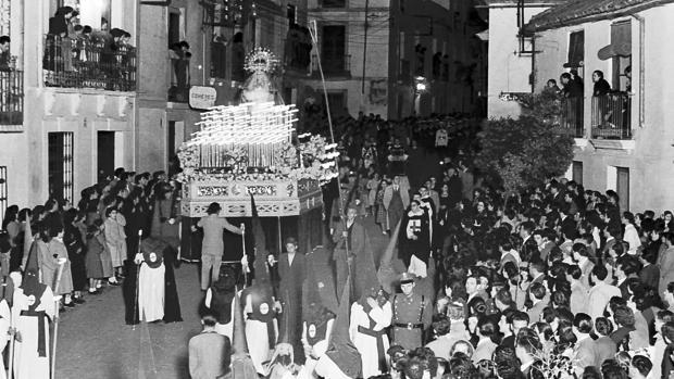 Paso de la Virgen de la Amargura por Alfaros en 1949