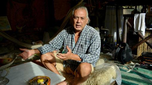 'Edgar Thompson, el líder y el miembro más antiguo de Beneficio, en su casa
