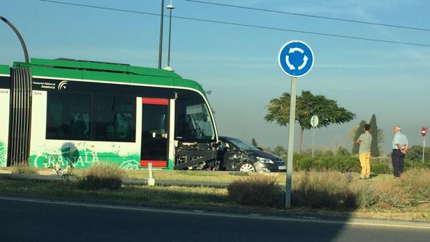 Momento del accidente en el que un vehículo chocó con el metro de Granada