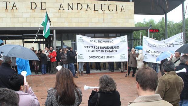 Protesta de funcionarios de la Junta contra la «ley del enchufismo»