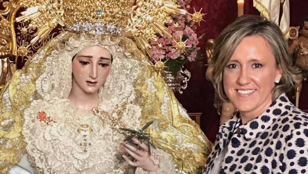 María José Sánchez, junto a la Virgen de la Paz