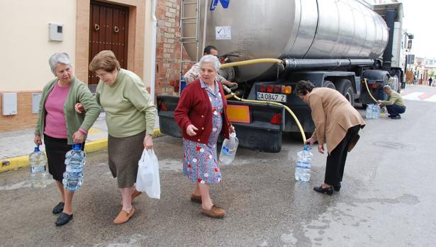 Reparto de agua en Sevilla en camiones cisterna