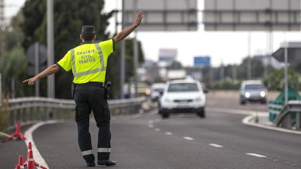 Un agente de la Guardia Civil controla el tráfico en la autovía