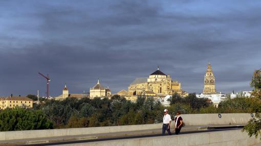 Nube negra, procedente del incendio, sobre Córdoba
