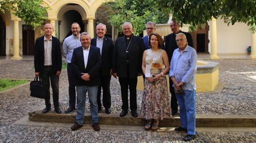El obispo junto al resto de representantes que apoyan la programación cultural