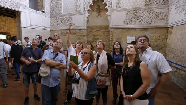 Un grupo de turistas en el interior de la Sinagoga de Córdoba