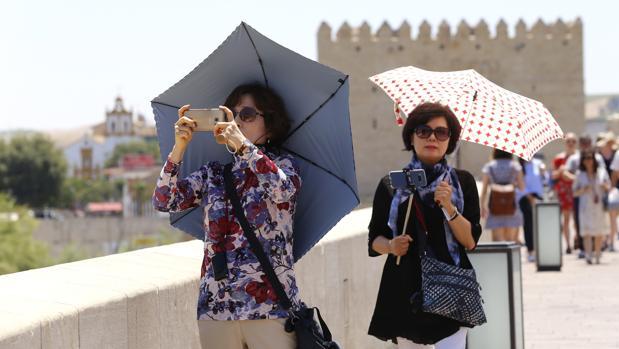 Dos turistas visitan Córdoba