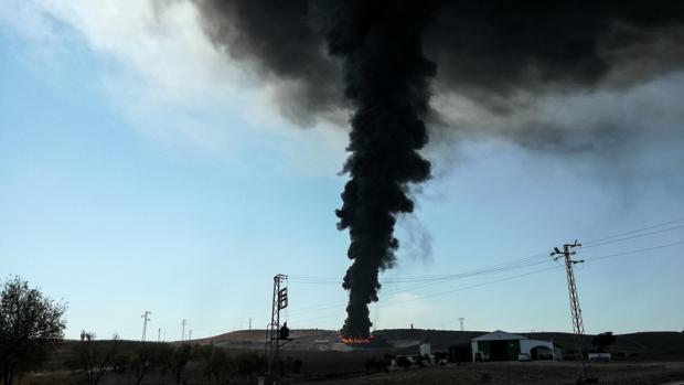 Columna de humo en las instalaciones quemadas
