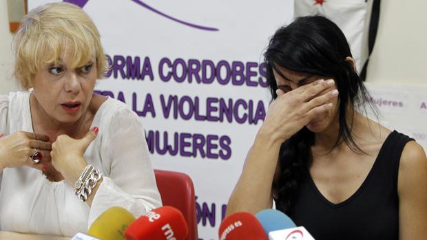 Sara, tapándose la cara, durante una comparecencia de prensa