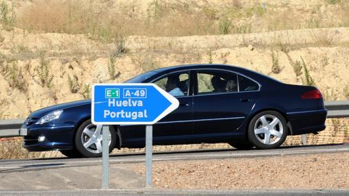 Un vehículo se dirige a las costas de Huelva