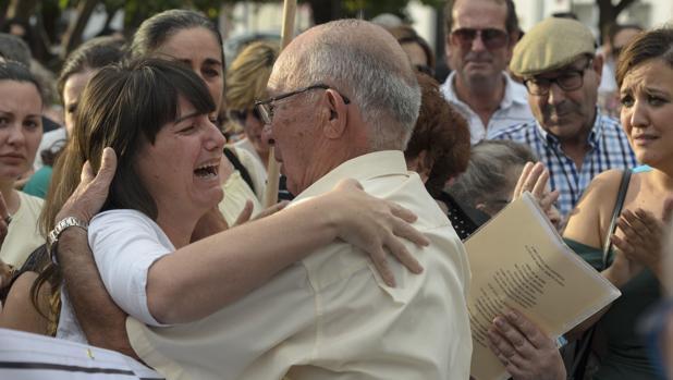 Marianela, madre y esposa de las víctimas, se abraza al abuelo de Marta del Castillo