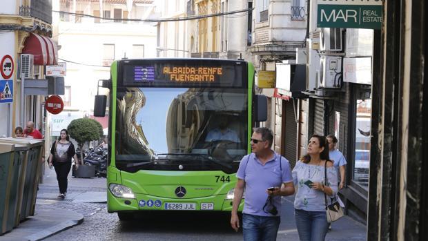 Un autobús de Aucorsa sube por la calle Alfonso XIII