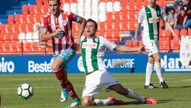 Sasa Markovic pierde la verticalidad ante la entrada de un rival rojiblanco
