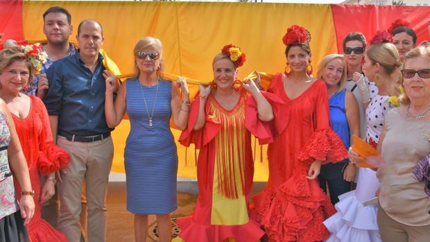 En el centro y vestida de flamenca con los colores de España, la alcaldesa de Fuengirola, Ana Mula (PP)