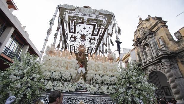 La Esperanza, con la Virgen del Pilar en su calle central