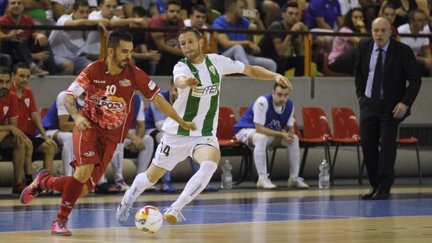 Cordero pelea la posesión frente a Álex, jugador de ElPozo de Murcia